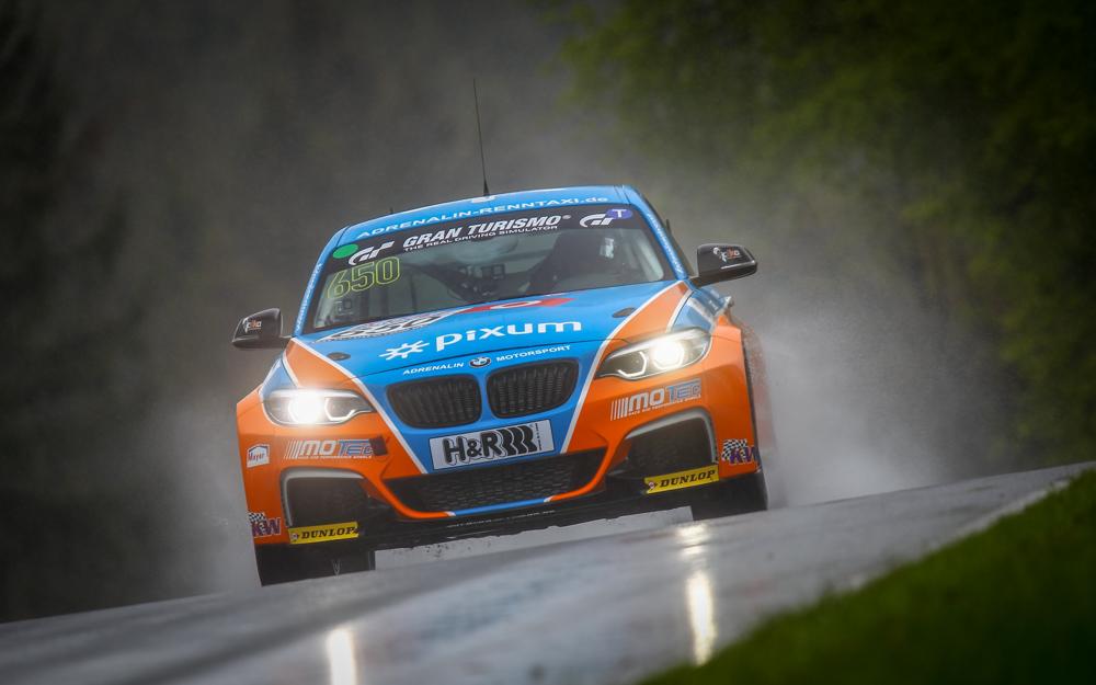 PIXUM Team Adrenalin Motorsport sichert sich zwei Klassensiege in einer wahren Regenschlacht